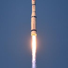 China lanza cohete con 20microsatélites