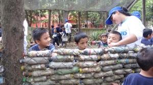los niños colaboran con el ecomuro en el Parque Naciones Unidas