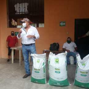 Ambiente entrega semillas y fertilizantes en el corredorseco