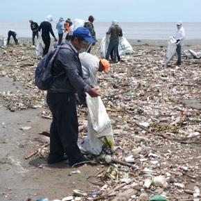 Limpian la desembocadura del RíoMotagua